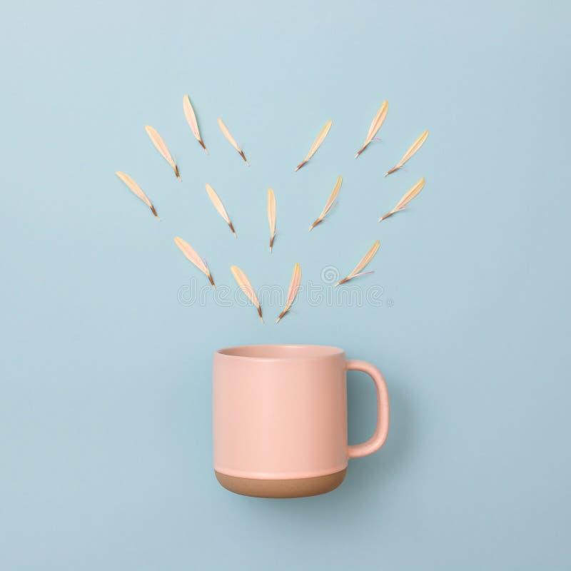 Het hartvorm van de bladserie en de kop van de pastelkleurkoffie stock afbeeldingen