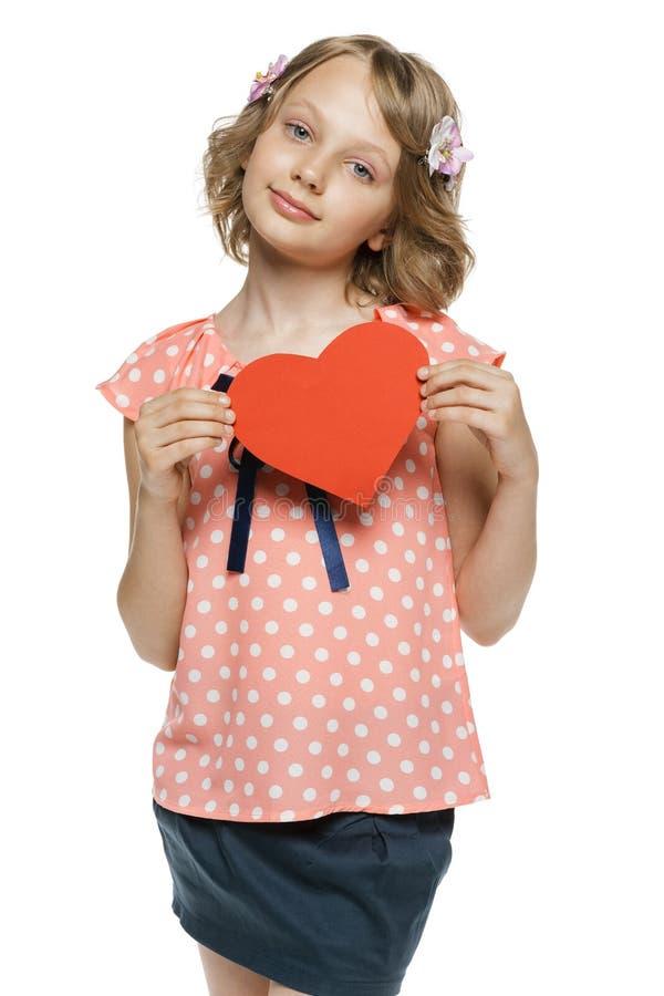 Het hartvorm van de meisjesholding royalty-vrije stock afbeeldingen