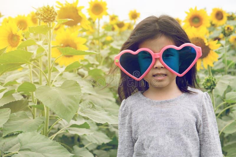 Het Hartzonnebril van de kindslijtage met zonnebloem royalty-vrije stock foto's