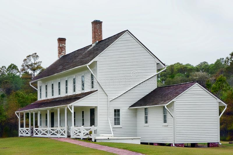 Het Hatteras-Vuurtorenpersoneel leefde in een groot huis adjacent de vuurtoren en een kleiner huis voor de Bewaarder en de famili royalty-vrije stock fotografie