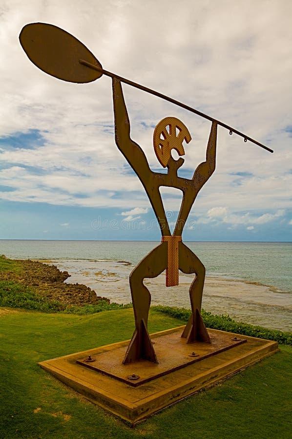 Het Hawaiiaanse Standbeeld van Kanopaddler bij tropisch Kaanapali-Strand in Maui Hawaï stock afbeeldingen