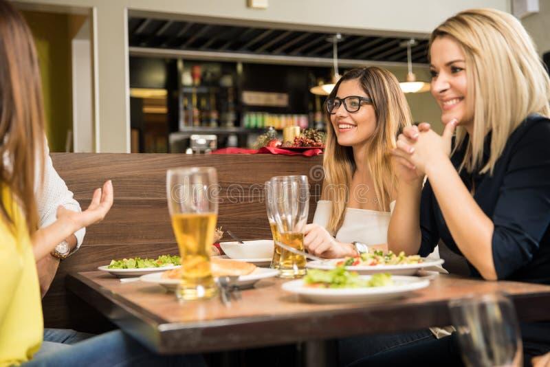 Het hebben van goede tijd in een restaurant royalty-vrije stock foto