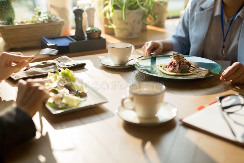 Het hebben van lunch in restaurant stock fotografie