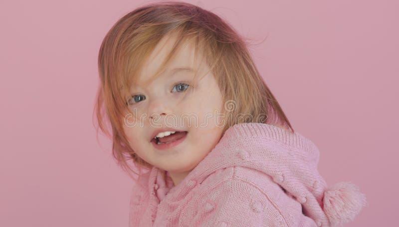 Het hebben van pret de herfst en de lentejong geitjemanier Klein gelukkig meisje meisjekind het glimlachen kinderjaren en geluk h stock foto's