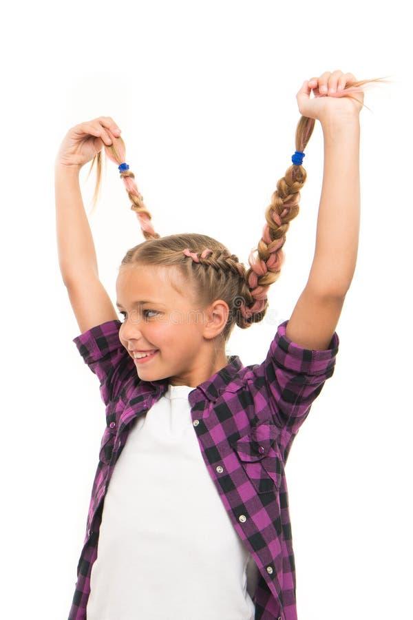 Het hebben van pret Diy kapsel Meisjes lange vlechten Modetrend Modieuze cutie Vrouwelijk kapsel Aanbiddelijk aardig kind stock fotografie