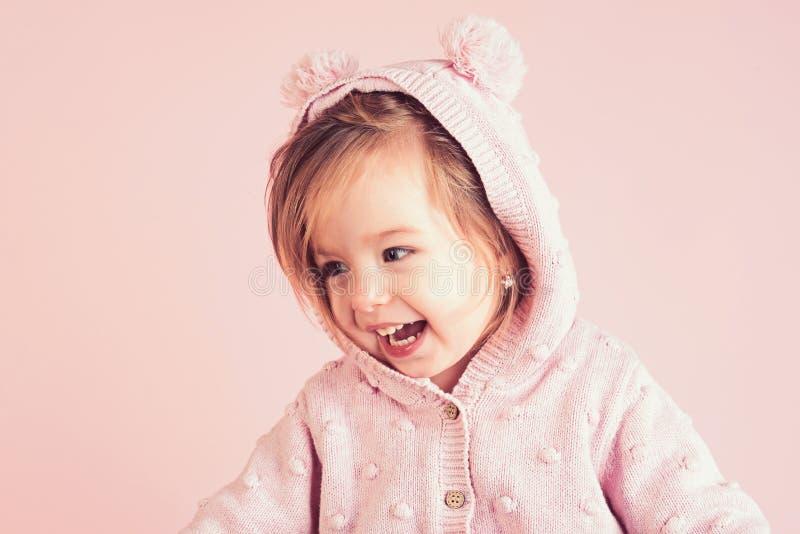 Het hebben van pret meisjekind het glimlachen de herfst en de lentejong geitjemanier Klein gelukkig meisje kinderjaren en geluk h royalty-vrije stock afbeeldingen
