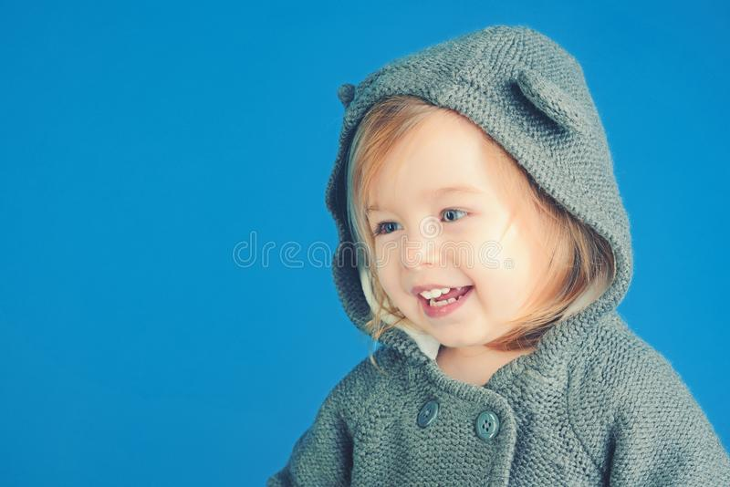Het hebben van pret meisjekind het glimlachen de herfst en de lentejong geitjemanier Klein gelukkig meisje kinderjaren en geluk royalty-vrije stock foto
