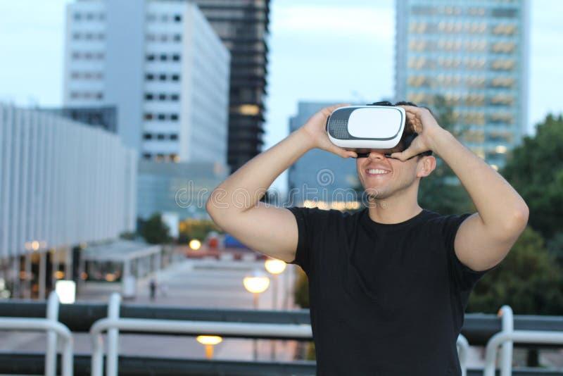 Het hebben van pret met een paar virtuele werkelijkheidsglazen royalty-vrije stock afbeelding