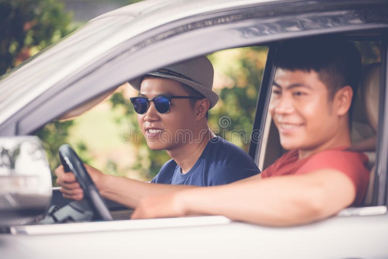 Het hebben van Pret met Vriend in Auto royalty-vrije stock fotografie