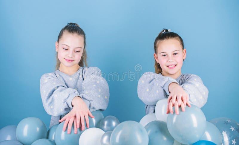Het hebben van pretconcept De partij van het ballonthema Meisjes beste vrienden dichtbij luchtballons Begin deze partij De partij stock foto's