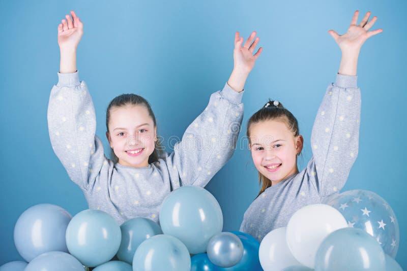 Het hebben van pretconcept De partij van het ballonthema Meisjes beste vrienden dichtbij luchtballons De partij van de verjaardag royalty-vrije stock afbeelding