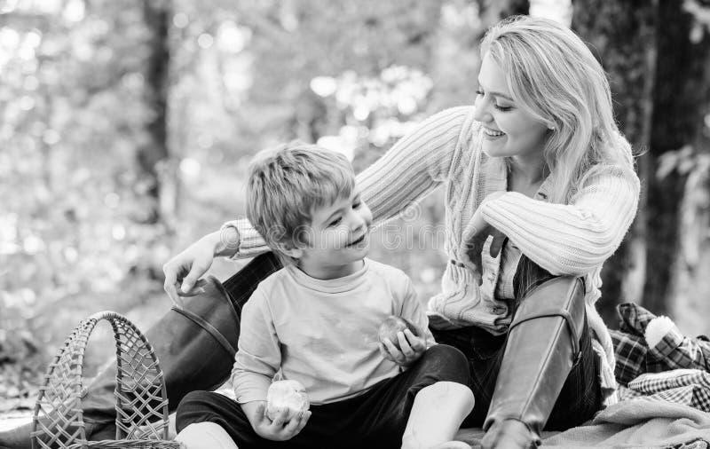 Het hebben van snack tijdens stijging Gelukkige kinderjaren Mamma en jong geitjejongen die terwijl het wandeling van bosfamiliepi royalty-vrije stock fotografie