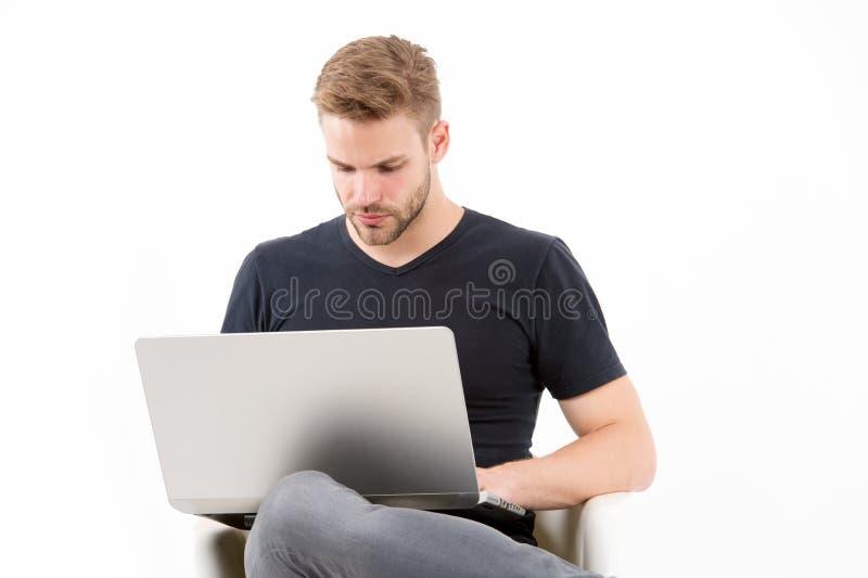 Het hebben van zo veel te doen werk Mens met laptop bezige geconcentreerde gezicht planning Kerel knappe ongeschoren in de zwarte stock afbeelding