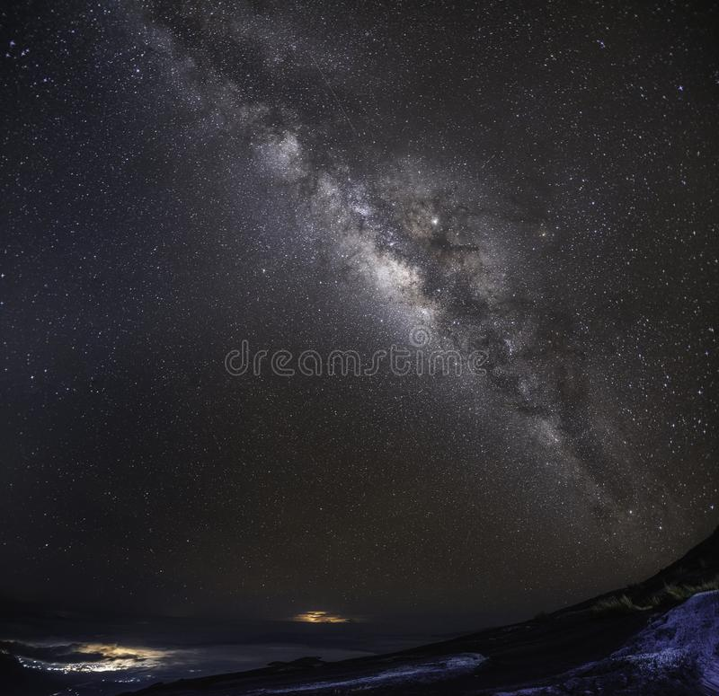 Het heelal ruimteschot van de panoramamening van melkachtige maniermelkweg met sterren op een achtergrond van de nachthemel royalty-vrije stock foto