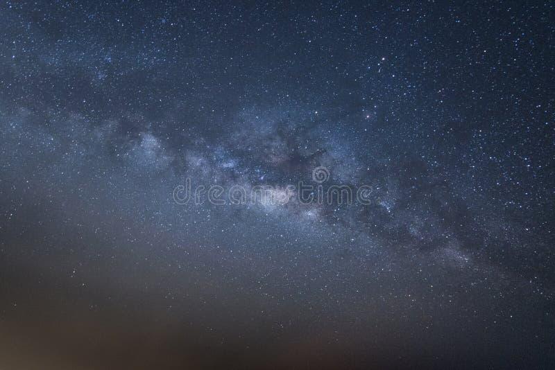 Het heelal ruimteschot van de panoramamening van melkachtige maniermelkweg met sterren op een achtergrond van de nachthemel stock afbeelding