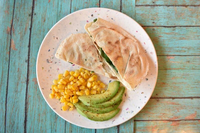 Het heerlijke gezonde ontbijt van het kippen Arabische brood stock fotografie
