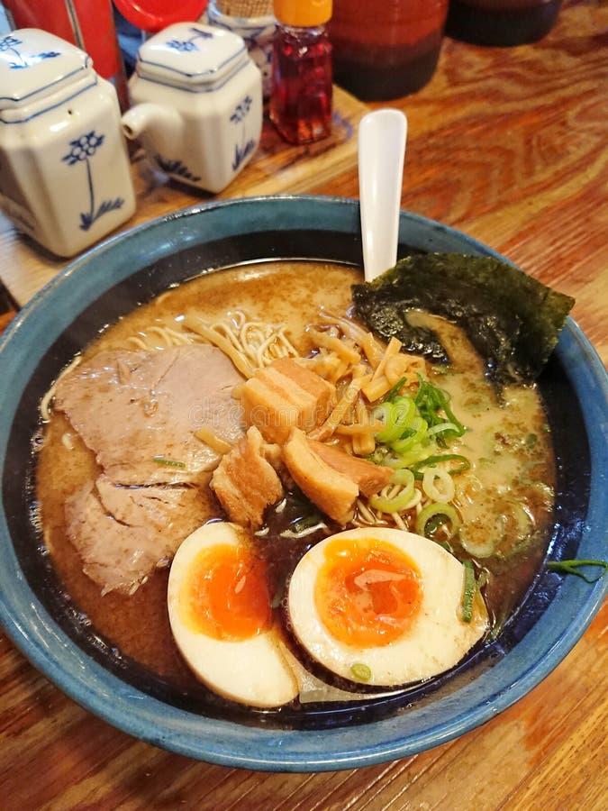 Het heerlijke Japanse varkensvlees ramen met ei stock foto's
