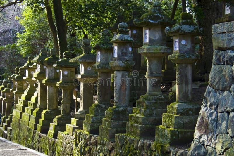 Het Heiligdom Nara Japan van Kasuga Taisha van de lantaarns van de steen stock foto's