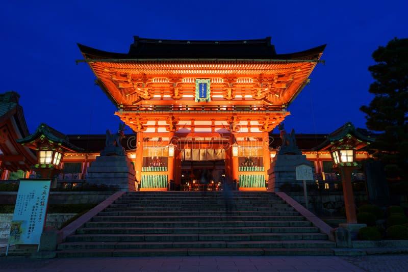 Het Heiligdom van Fushimiinari bij schemer in Kyoto royalty-vrije stock foto's