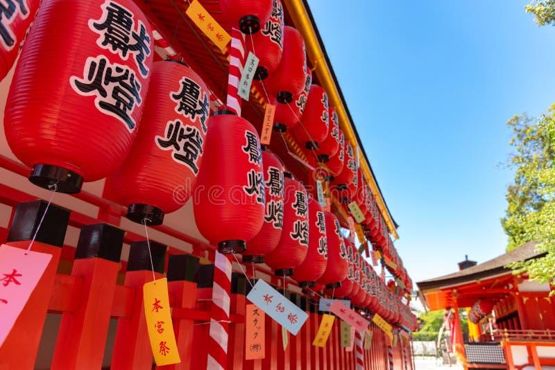 Het Heiligdom van inari-Taisha van Fushimi Poorten van Torii van duizenden de talloze vermiljoenen op een heuvel stock foto's