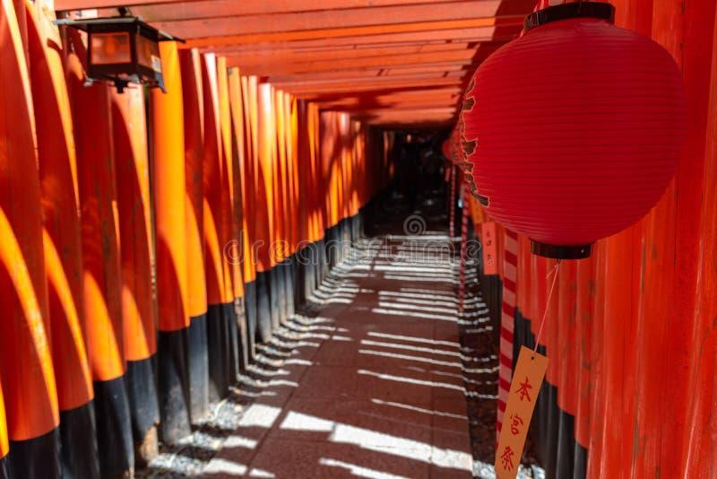 Het Heiligdom van inari-Taisha van Fushimi Poorten van Torii van duizenden de talloze vermiljoenen op een heuvel stock afbeelding