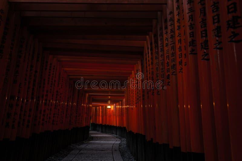 Het Heiligdom van Kyoto Fushimi Inari (Fushimi Inari Taisha) - de Weg van de Poortentunnel stock afbeeldingen