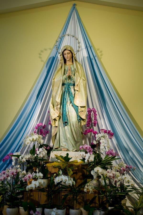 Het heilige beeldhouwwerk van Mary in kerk Medugorje in Bosnia stock afbeelding
