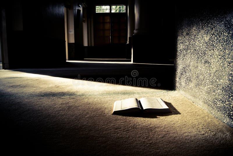 Het heilige boek stock fotografie