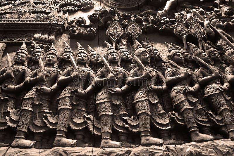 Het heldendicht Ramayana dat van hout wordt gesneden stock foto