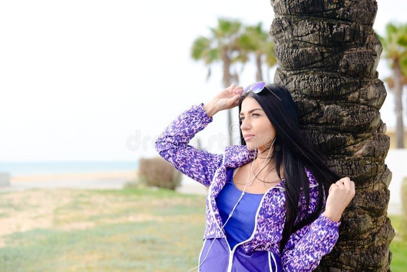 Het heldere beeld van de de zomerlevensstijl van mooie hipsterdame die pret hebben stock fotografie