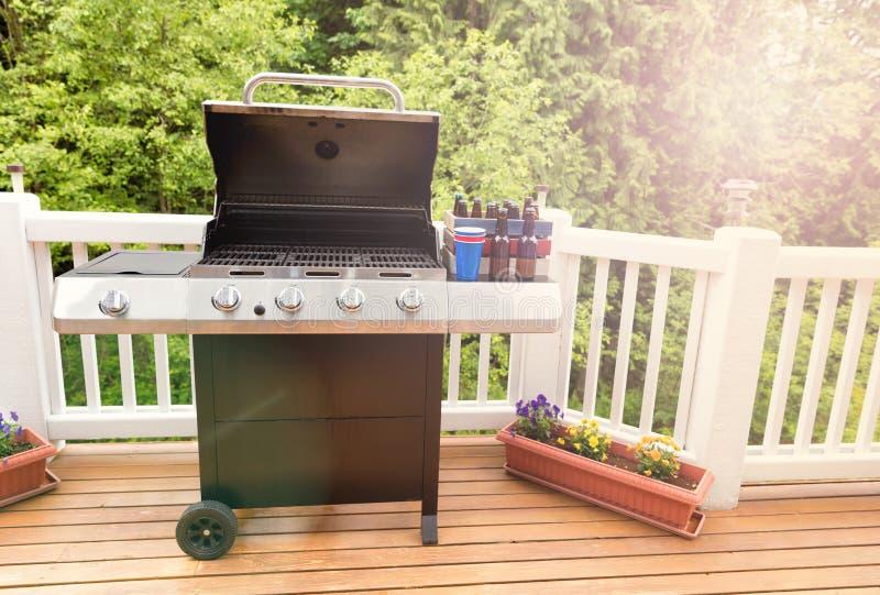 Het heldere daglicht op dek met open barbecuekooktoestel en gebotteld is royalty-vrije stock afbeeldingen