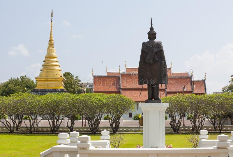 Het heldere gras en gouden pagode Wat Phra That Chang Kham van het hemelgebied, royalty-vrije stock foto's