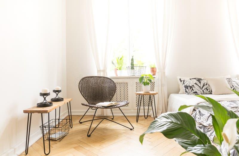 Het heldere lichte glanzen door een venster in een moderne slaapkamer inte stock afbeelding