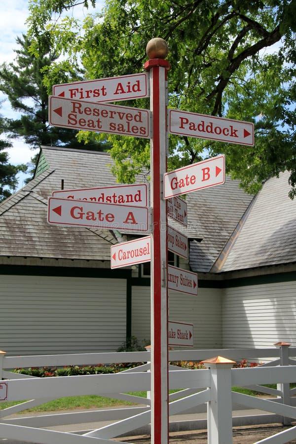 Het heldere rode van letters voorzien op tekens die aan mensen opdracht geven waar te gaan stock fotografie