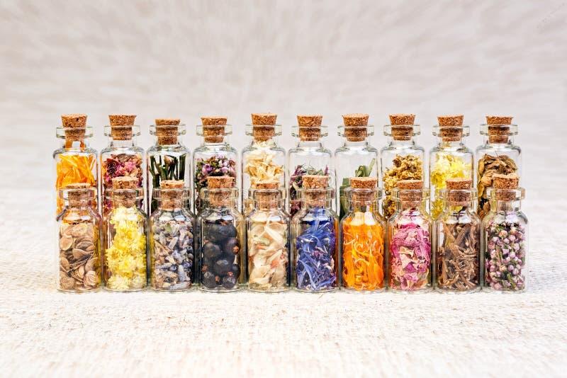 Het helen van kruiden in glasflessen, macrofoto royalty-vrije stock foto's