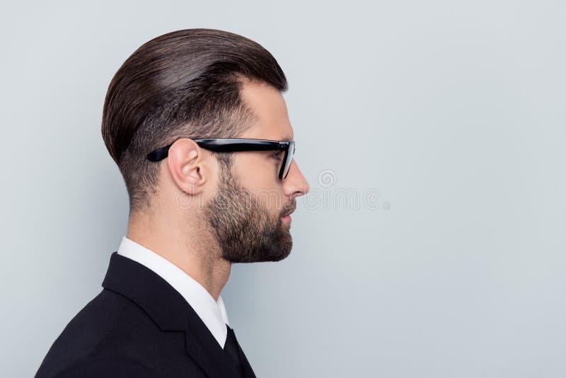 Het helft-onder ogen gezien portret van het profiel zijaanzicht dicht omhoog van ernstige focuse stock afbeeldingen