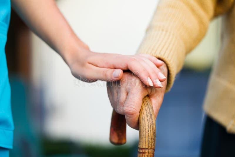 Het helpen van de Bejaarden stock afbeelding
