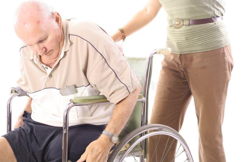 Het helpen van de bejaarden stock afbeeldingen