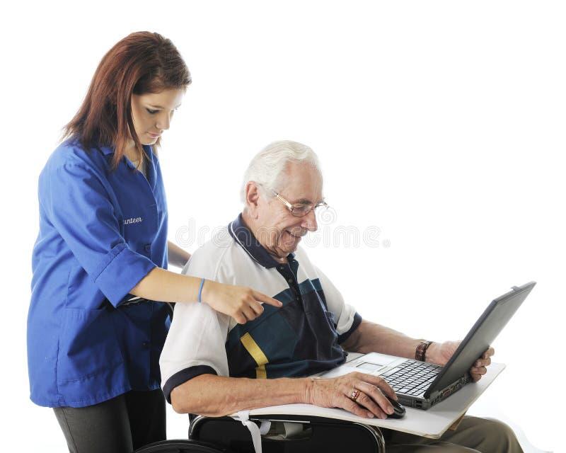 Het helpen van de Bejaarden met Zijn Computer royalty-vrije stock fotografie