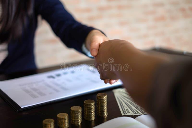 Het helpen van Hand Bedrijfsmensen die handen schudden, die omhoog een vergadering, de onderhandeling van de Succesovereenkomst b stock foto