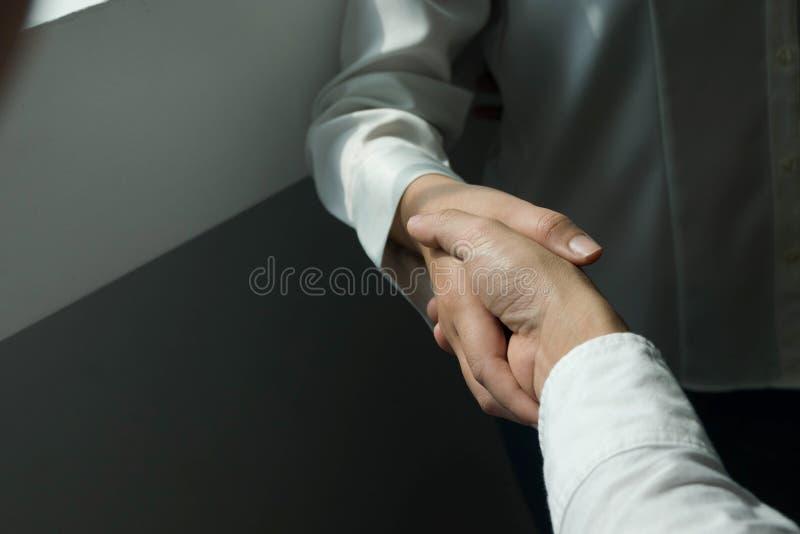 Het helpen van Hand Bedrijfsmensen die handen schudden, die omhoog een vergadering, de onderhandeling van de Succesovereenkomst b stock afbeelding