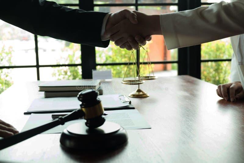 Het helpen van Hand Bedrijfsmensen die handen schudden, die omhoog een vergadering, de onderhandeling van de Succesovereenkomst b royalty-vrije stock afbeelding