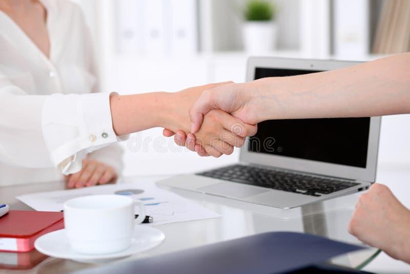 Het helpen van Hand Twee vrouwen schudden handen na het samenkomen of onderhandeling royalty-vrije stock afbeeldingen