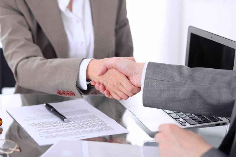 Het helpen van Hand Twee vrouwenadvocaten schudden handen na het samenkomen of onderhandeling royalty-vrije stock foto