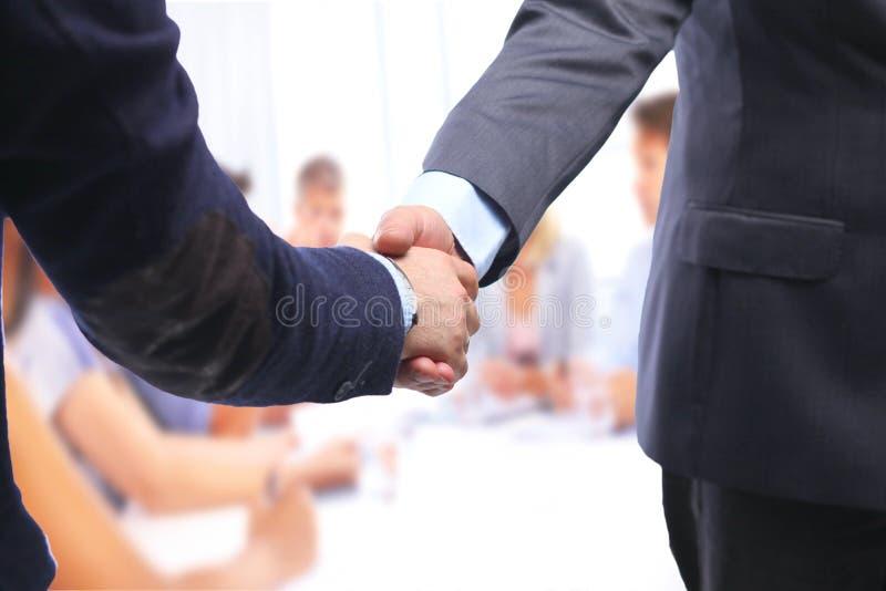Het helpen van Hand Twee zakenman het schudden handen stock afbeelding