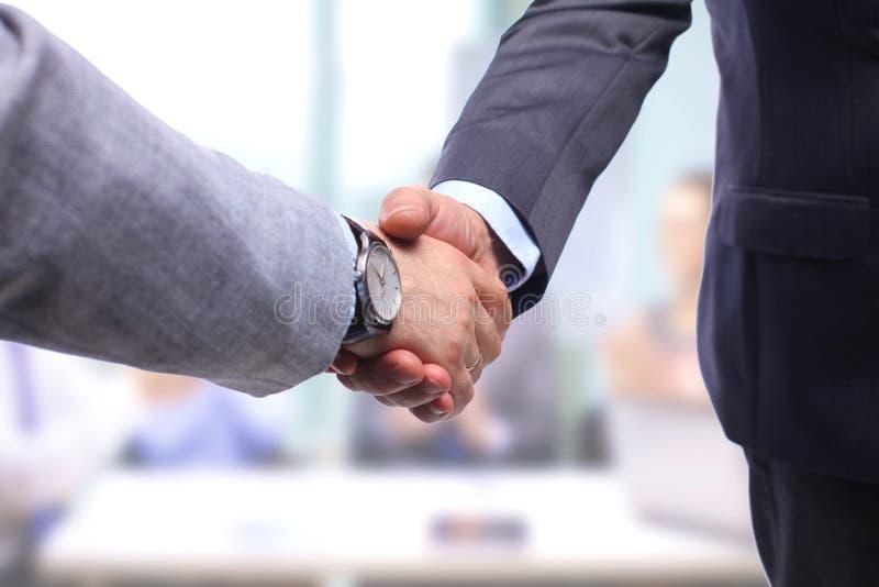 Het helpen van Hand Twee zakenman het schudden handen royalty-vrije stock foto