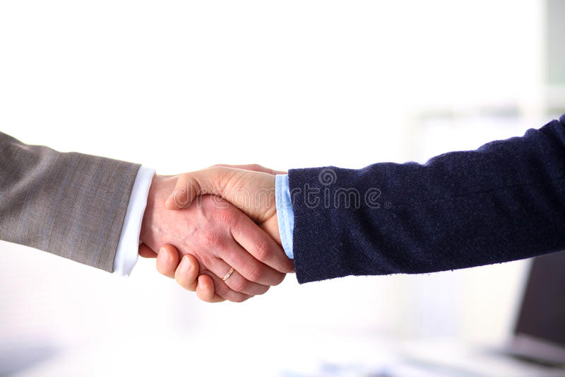 Het helpen van Hand Twee zakenman het schudden handen met elkaar in het bureau royalty-vrije stock foto
