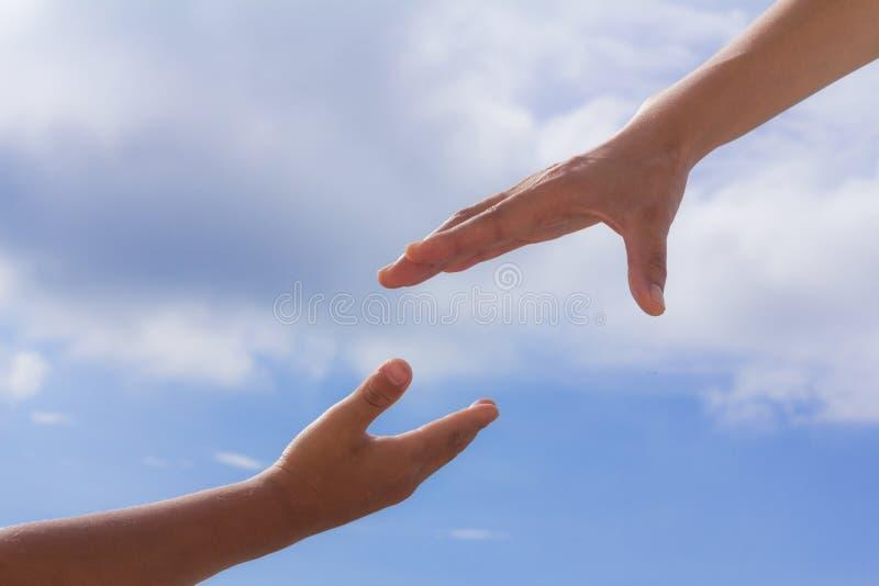 Het helpen van handen, hemelachtergrond, Reddingsconcept, godsdienst royalty-vrije stock afbeelding