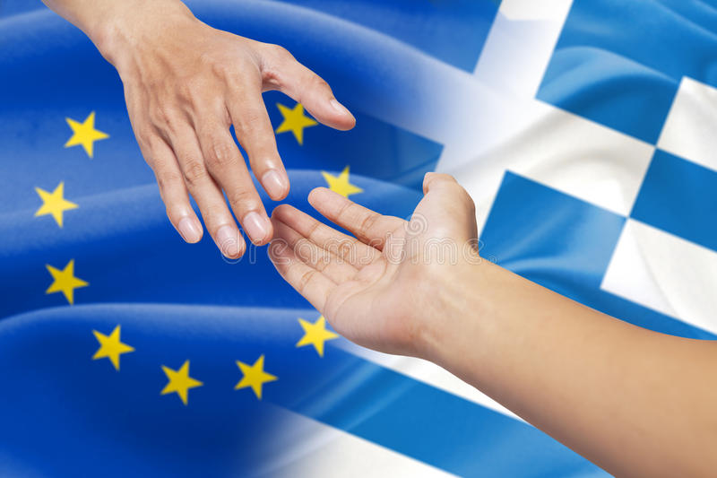 Het helpen van handen met de vlag van Europa en van Griekenland royalty-vrije stock afbeelding