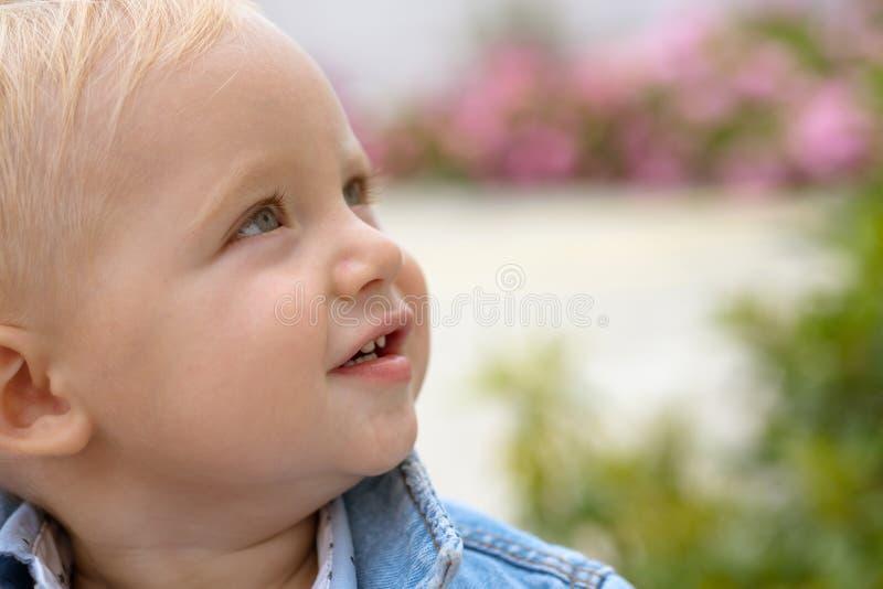 Het helpen van kinderen in de vroege stadia van hun groei De emotionele en fysieke groei De jongen van de baby Kleine baby op opv stock afbeelding